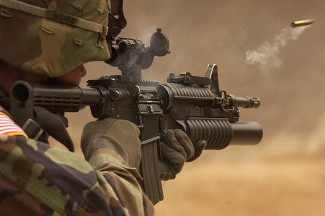 Soldato spara con M4