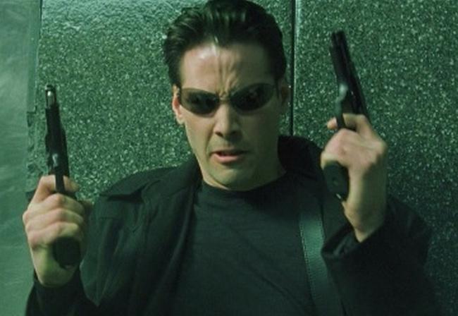 Neo in Matrix impugna due pistole Beretta 92FS