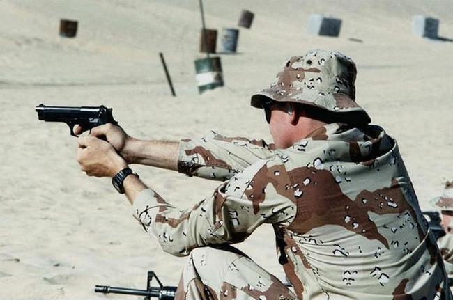 Soldato US Army con Beretta92FS